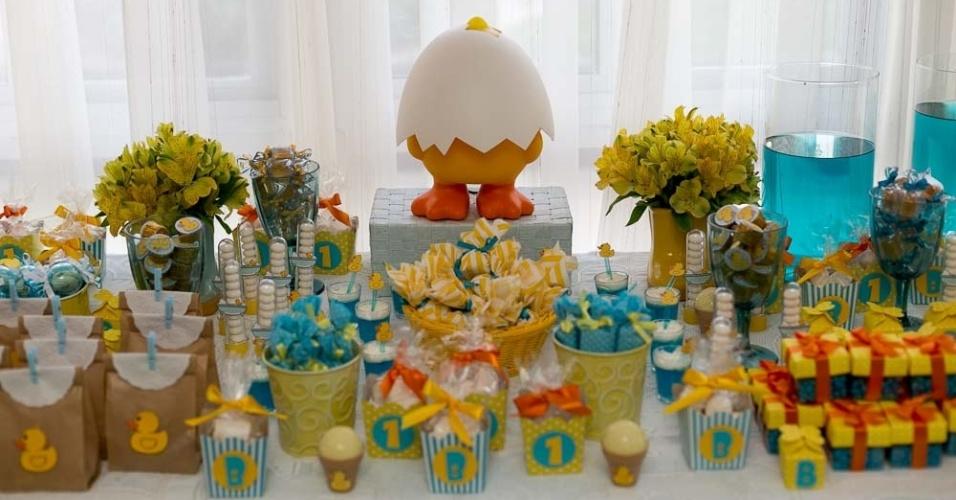 decoração de festa de um ano | Mesa de apoio com guloseimas da festa de um ano com tema patinho de borracha