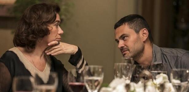 Vilão quer que Téo Pereira escreva um livro sobre a história do Comendador e pede a Marta para aceitar a ideia