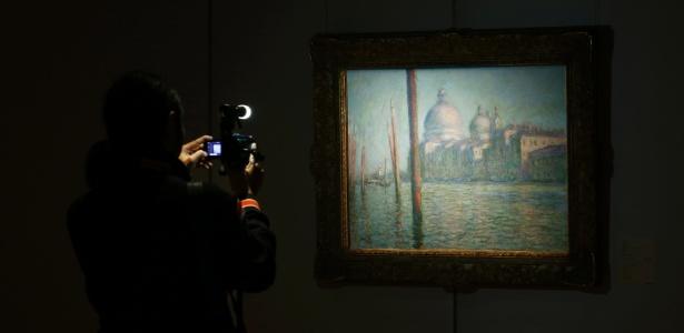 """9.jan.2015 - Câmera filma a pintura """"Le Grand Canal"""", de Claude Monet, em exibição na Sotheby""""s de Hong Kong - Bobby Yip/Reuters"""