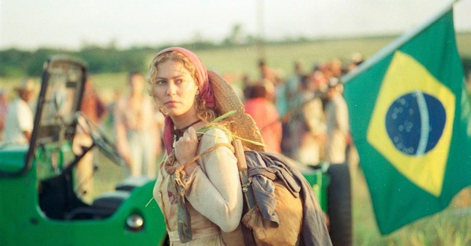 9.jan.2015 - O que ele não sabe é que sua verdadeira sobrinha, Luana (Patrícia Pillar), vive como sem-terra desde então. Sobrevivente do acidente, ela desconhece a própria origem