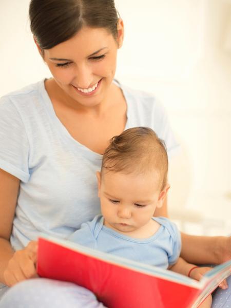 Ler para o filho é uma maneira de estimular a fala da criança - Getty Images