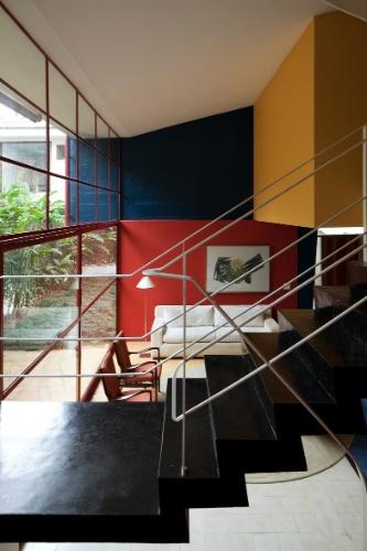 A circulação vertical, do nível social e de serviços (cozinha) para o dos dormitórios (superior), se dá por uma escada executada em cimento queimado pigmentado com pó xadrez, resinado e brilhante, em homenagem às linhas do artista holandês Piet Mondrian. Guarda-corpos metálicos e delgados são originais do desenho do arquiteto João Batista Vilanova Artigas, que projetou a Casa Olga Baeta em meados dos anos de 1950