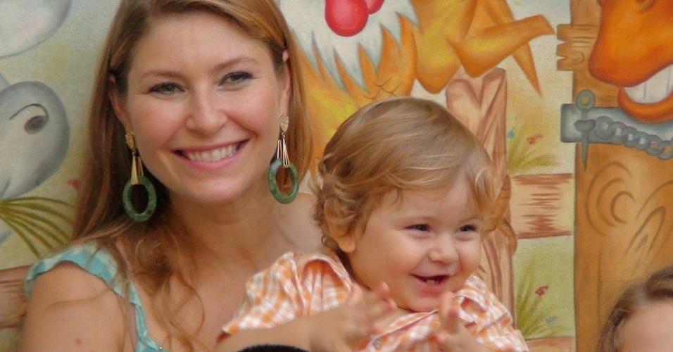 Helena Louro e um de seus filhos, Evangelos de um ano