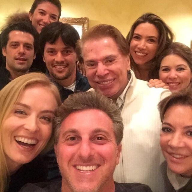 10.jan.2014 - Luciano Huck publica selfie ao lado de Silvio Santos e família
