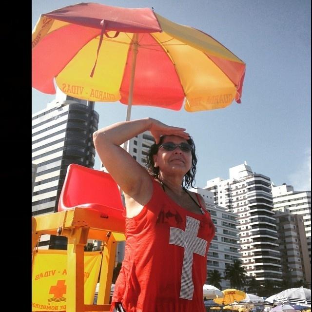 10.jan.2015 - Curtindo o dia de sol, Roberta Miranda encarnou uma salva-vidas e publicou o registro em seu perfil no Instagram, neste sábado (10)