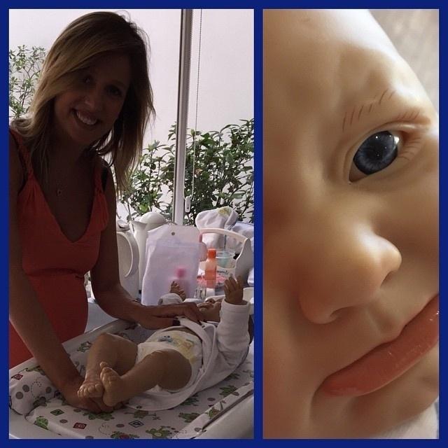 10.jan.2015 - Grávida de oito meses, Luisa Mell já está se preparando para cuidar muito bem do primeiro filho. A loira publicou uma foto em que aprende a cuidar do bebê num curso para gestantes