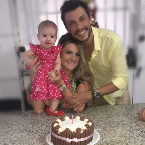 10.jan.2015 - Mirella Santos e Ceará comemoraram com festa os cinco meses da pequena Valentina, primeira filha do casal