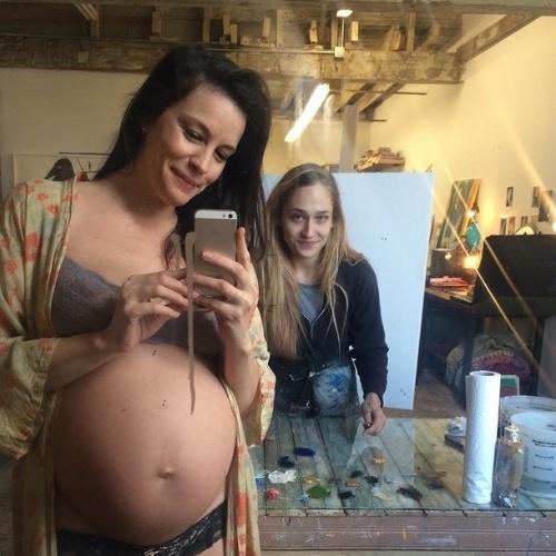 10.jan.2015 - Servindo de modelo para uma pintura da atriz Jemima Kirke, Liv Tyler exibe o barrigão de seu segundo filho, fruto do relacionamento com o agente esportivo Dave Gardner
