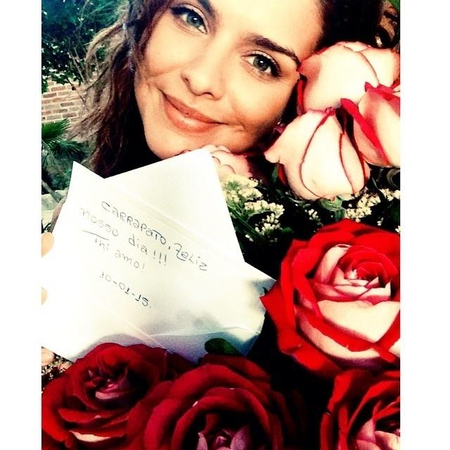 10.jan.2015 - Thiago Martins surpreendeu Paloma Bernardi com um buquê de flores e um bilhete carinhoso no dia em que o casal completa três anos de namoro