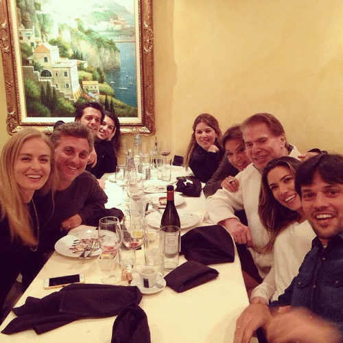 9.jan.2015 - Luciano Huck e Angélica jantam com Silvio Santos e tietam o apresentador, na noite desta sexta-feira