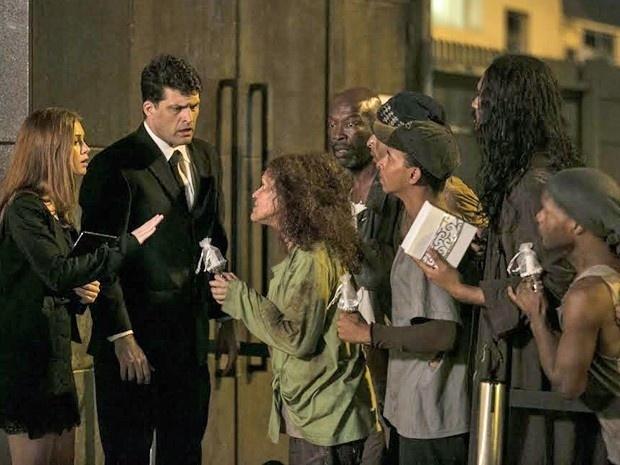 Maria Isis (Marina Ruy Barbosa) tenta controlar a confusão e conversa com os mendigos que invadem a festa em