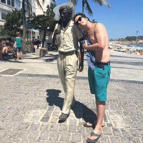 10.jan.2014 - Rafael Cortez visita o Rio de Janeiro e tieta a nova estátua de Tom Jobim, na praia de Ipanema