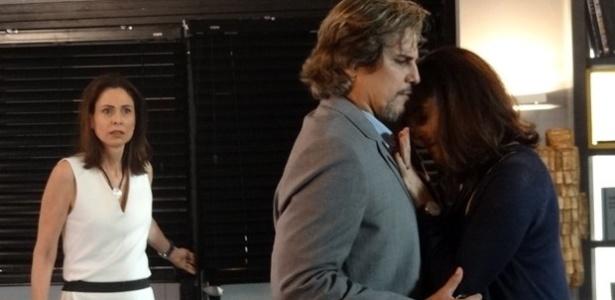 Úrsula (Silvia Pfeifer) vê o marido e a amiga abraçados e exige uma explicação