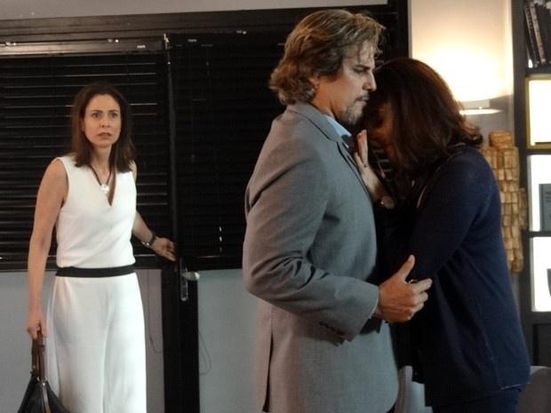 Úrsula (Silvia Pfeifer) flagra Marcelo (Edson Celulari) e Maria Inês (Christiane Torloni) abraçados em