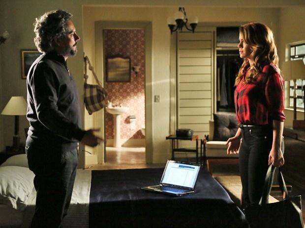 Zé Alfredo (Alexandre Nero) conta a Cristina que suas contas na Suíça estão zeradas, em