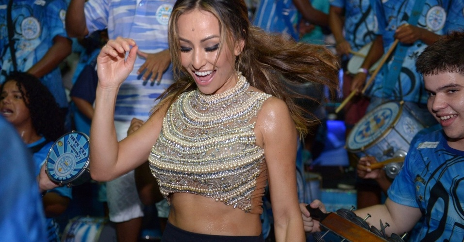 10.jan.2014 - Com saia curta, Sabrina Sato participou de mais um ensaio na quadra da Vila Isabel e participou como jurada do concurso para eleger a nova musa da escola de samba carioca