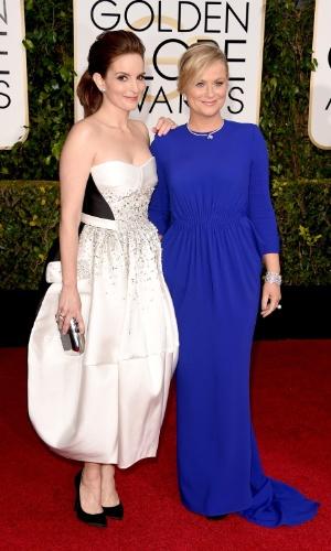 11.jan.2015 - As mestres de cerimônias Tina Fey e Amy Poehler fazem festinha juntas na chegada ao Globo de Ouro
