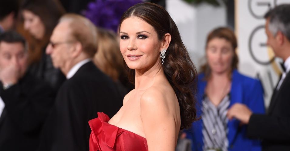 11.jan.2015 - Catherine Zeta-Jones se veste de gala para a cerimônia, em Los Angeles