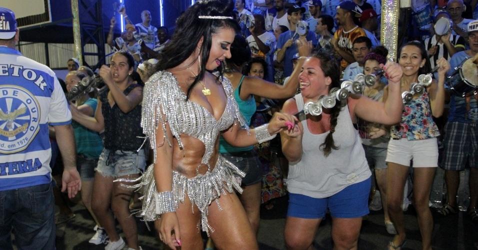 11.jan.2015 - Cinthia Santos mostra samba no pé e o abdômen superdefinido no ensaio da Águia de Ouro, em São Paulo, neste domingo (11)