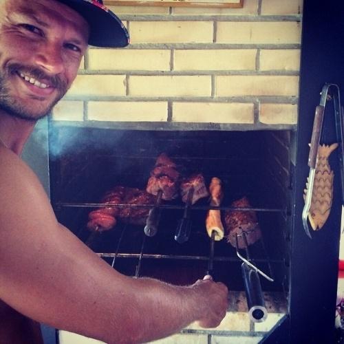 """11.jan.2015 - Cozinhar não é apenas trabalho para Rodrigo Hilbert. O apresentador do """"Tempero de Família"""" publicou neste domingo (11) uma foto da diversão do fim de semana"""