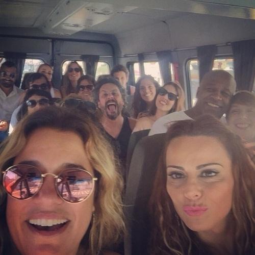 """11.jan.2015 - Parece até gravação de """"Império"""", mas é uma caravana para a quadra da Acadêmicos do Salgueiro, escola de samba do Grupo Especial do Rio"""