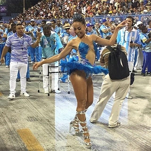 11.jan.2015 - Sabrina Sato foi destaque no ensaio técnico da Vila Isabel na noite deste domingo (11), no Rio. A rainha de bateria da Azul e Branco abusou da transparência no figurino, que mostra sua boa forma