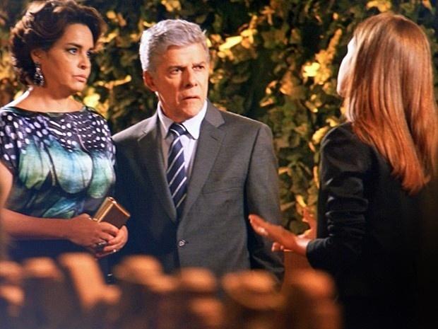 Em conversa com Beatriz (Suzy Rêgo) e Isis (Marina Ruy Barbosa), Claudio (José Mayer) descobre que o filho está por trás da sabotagem da festa, em