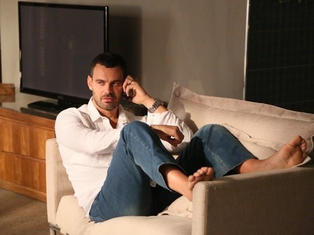 Maurílio (Carmo Dalla Vecchia) comunica ao seu verdadeiro pai, por telefone, que o plano está dando certo em