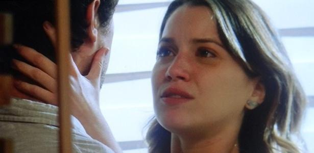 Laura (Nathalia Dill) fica chocada com a decisão de Caíque (Sergio Guizé)