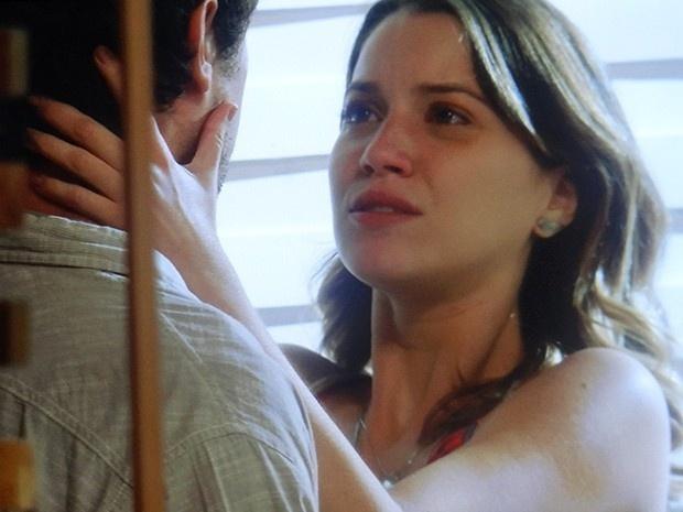 Temendo pela segurança da amada, Caíque (Sergio Guizé) termina o relacionamento com Laura (Nathalia Dill) em