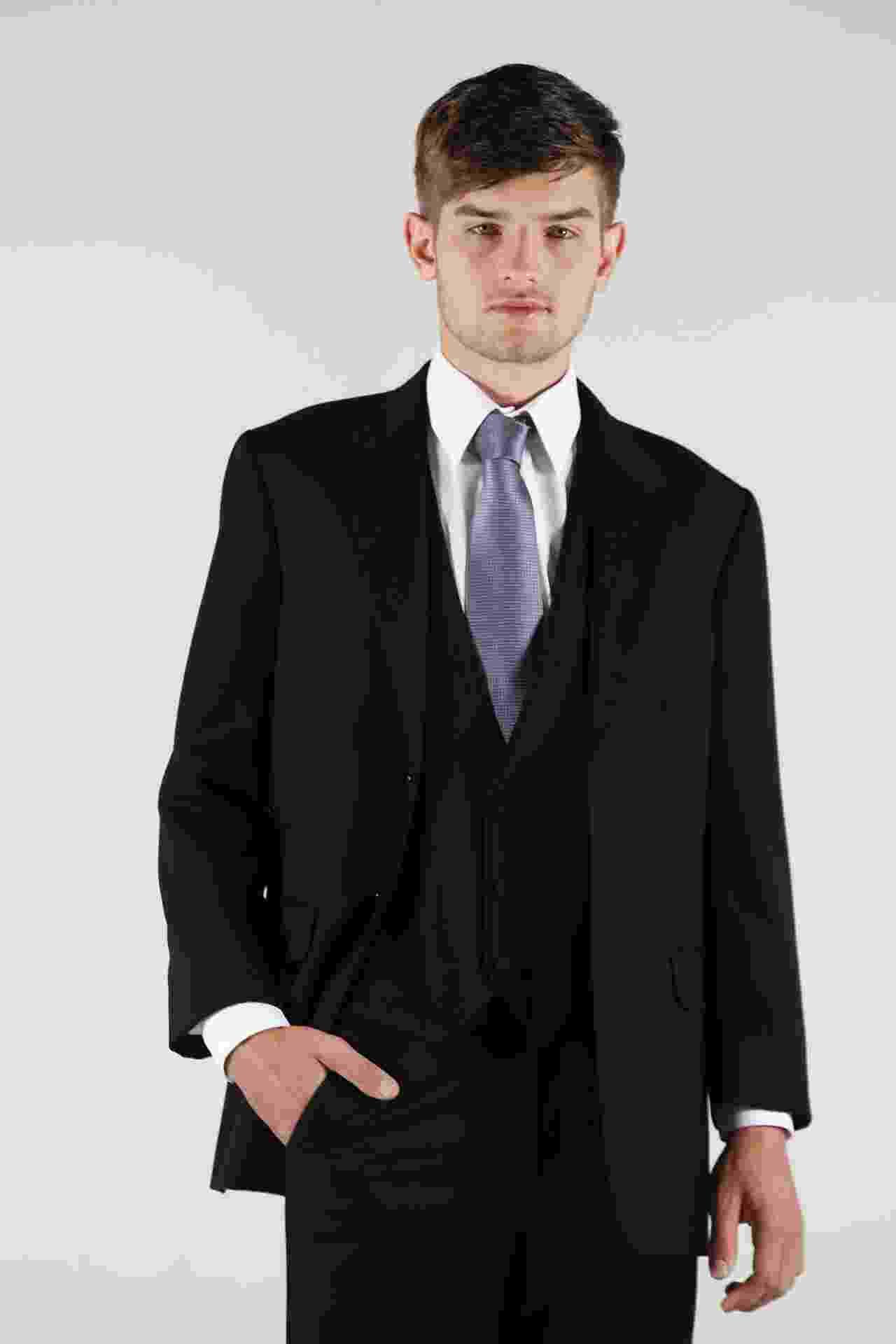 O terno usado no dia do seu casamento não precisa ser apenas uma memória guardada no armário. Você pode usá-lo desmembrado em looks para o dia a dia. A seguir, veja como usar a calça, o colete, o blazer e a camisa do seu terno em diferentes visuais casuais - Reinaldo Canato/UOL