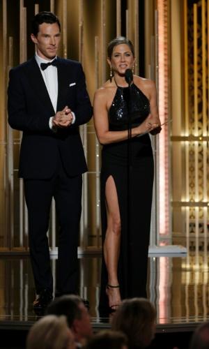 11.jan.2015 - Benedict Cumberbatch e Jennifer Aniston aparesentam prêmio no Globo de Ouro 2015, em Beverly Hills
