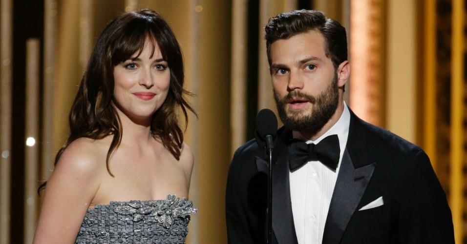 """11.jan.2015 - Dakota Johnson e Jamie Dornan, o casal de """"Cinquenta Tons de Cinza"""", causaram suspiros na premiação do Globo de Ouro, em Beverly Hills, Califórnia"""