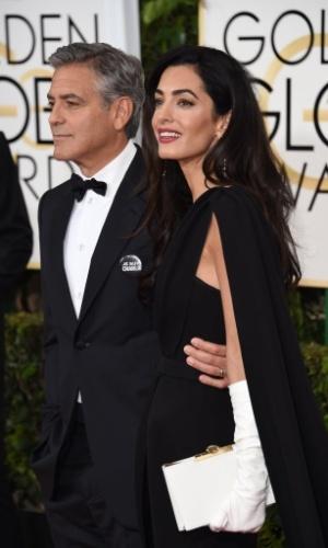 """11.jan.2015 - George Clooney exibe broche com a frase """"Je suis Charlie"""", em apoio à liberdade de expressão e em memória das vítimas do ataque à revista """"Charlie Hebdo"""""""