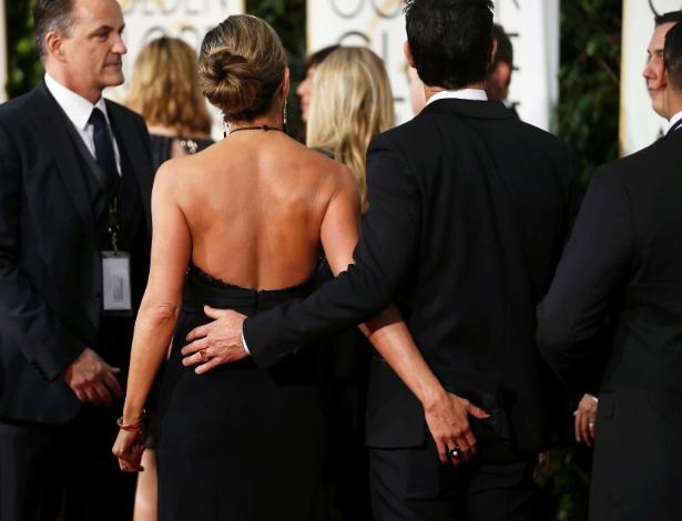 11.jan.2015 - Jennifer Aniston é flagrada com mão boba no namorado Justin Theroux na entrada do Globo de Ouro, em Beverly Hills