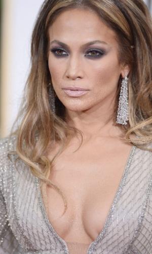 11.jan.2015 - Jennifer Lopez chega ao 72° Premiação do Globo de Ouro e chama atenção pelo decote. No tapete vermelho, a atriz e cantora reclamou do peso do vestido