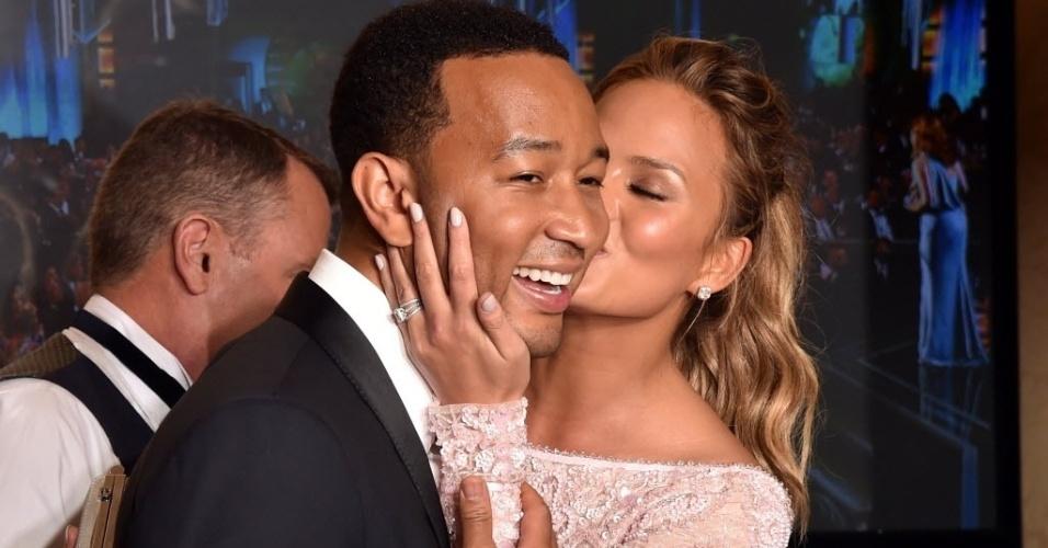 """11.jan.2015 - John Legend comemora o prêmio de melhor canção por """"Glory"""", que faz parte da trilha de """"Selma"""""""