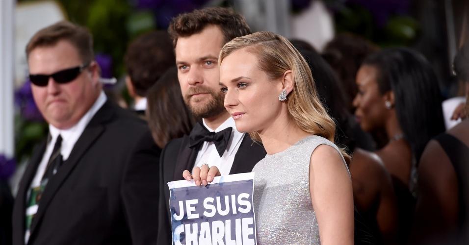 """11.jan.2015 - O casal Joshua Jackson e Diane Kruger mostra seu posicionamento, a favor da liberdade de expressão, exibindo a inscrição """"Je suis Charlie"""""""