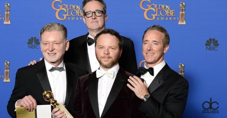 """11.jan.2015 - O produtor Noa Hawley, ao lado de sua equipe, exibe o Globo de Ouro recebido pela série """"Fargo"""", na categoria melhor minissérie ou filme feito para a TV"""
