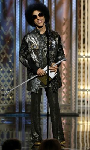 11.jan.2015 - Prince surpreende o público ao entrar no palco para apresentar o vencedor de melhor canção