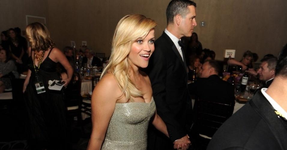 11.jan.2015 - Reese Witherspoon procura sua mesa para assistir à cerimônia e aproveitar o coquetel servido durante a premiação