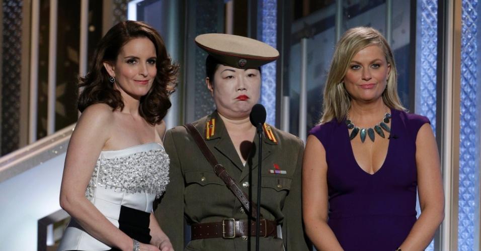 """11.jan.2015 - Tina Fey e Amy Poehler não economizaram nas piadas sobre as ameaças feitas pela Coreia do Norte por conta do filme """"A Entrevista"""" e """"apresentaram"""" uma jornalista norte-coreana, recém-chegada na Associação da Imprensa Estrangeira (HFPA, em inglês), que organiza o Globo de Ouro"""