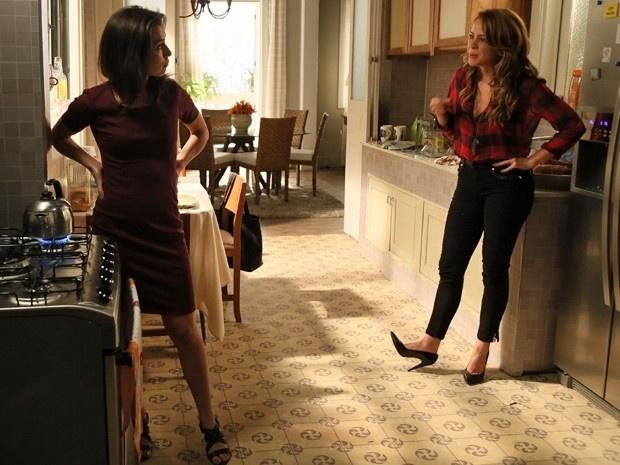12.jan.2015 - Cristina (Leandra Leal) não engole desculpa da tia, Cora (Marjorie Estiano)