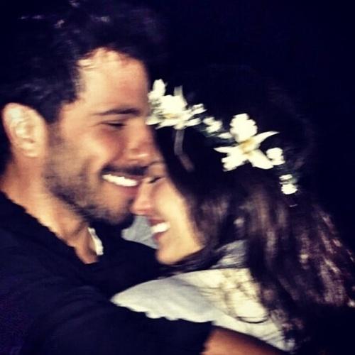 12.jan.2015 - Isis Valverde se declarou para o namorado, o mexicano Uriel del Toro, nesta segunda-feira (12)