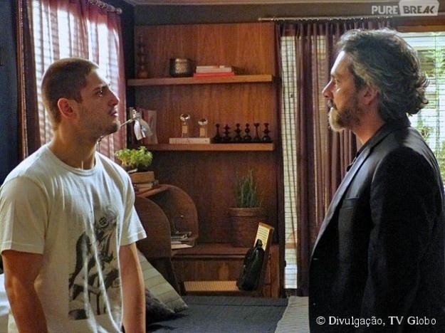 12.jan.2015 - José Alfredo (Alexandre Nero) leva um susto ao encontrar o filho caçula em seu esconderijo