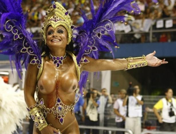 Em 2009, Dani Sperle foi destaque da Imperador do Ipiranga e teve problemas com sua fantasia durante o desfile da escola.Um dos acessórios machucou a modelo ao ponto de sangrar bastante. Mas Dani seguiu até o fim do desfile