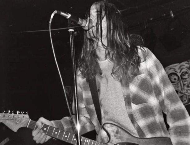 Kurt Cobain se apresenta com o Nirvana nos primórdios da banda, na década de 1980