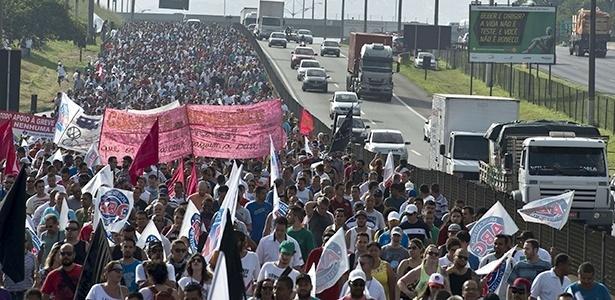 Passeata ocupou faixa da Anchieta nesta segunda; Volks segue parada - Nelson Almeida/AFP