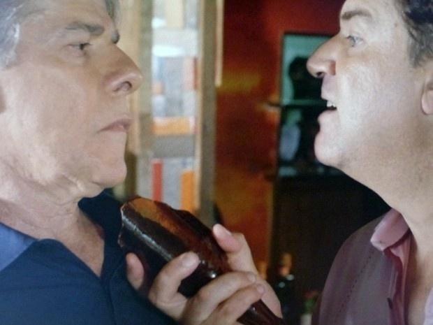 13.jan.2015 - Cerimonialista quase é ferido por funcionário, após Felipe descobrir armação