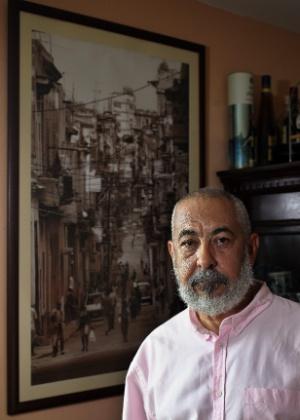O escritor cubano Leonardo Padura posa em sua casa, no bairro de Mantilla, em Havana (Cuba); ele acredita que a retomada de relações com os EUA será positiva para a cultura cubana - Alejandro Ernesto/EFE
